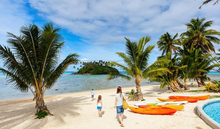 Familie Cook Inseln Strand mit Kayak