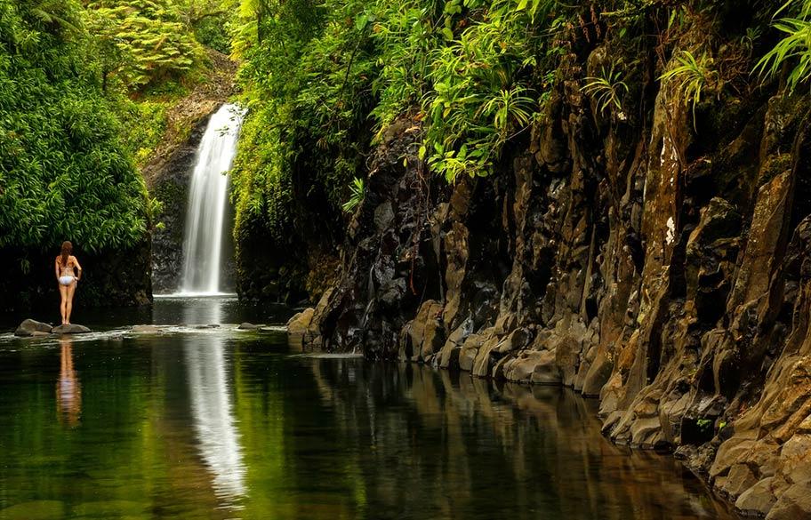 Wasserfall mit Frau Fiji Islands
