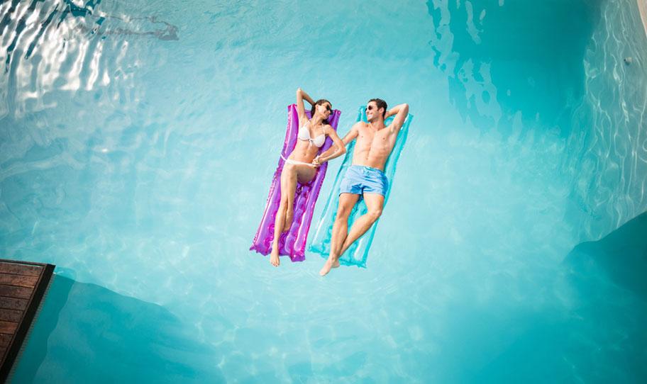 Pool Villa für Hochzeitsreise Paar Luftmatratze