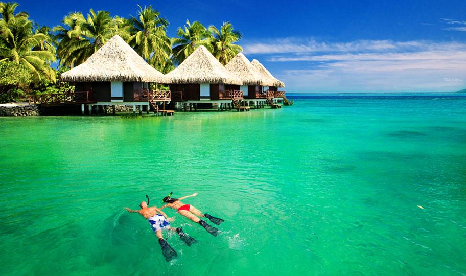 Flitterwochen Samoa Paar schnorchelt im Meer