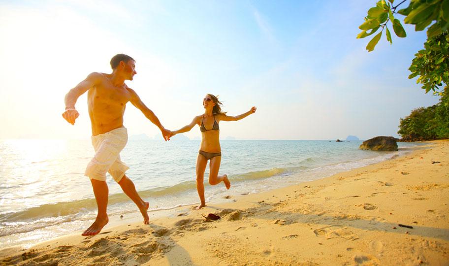 Samoa Honeymoon Reisen Paar rennt am Strand